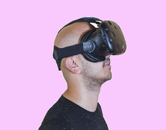 エロVRを体験する男性